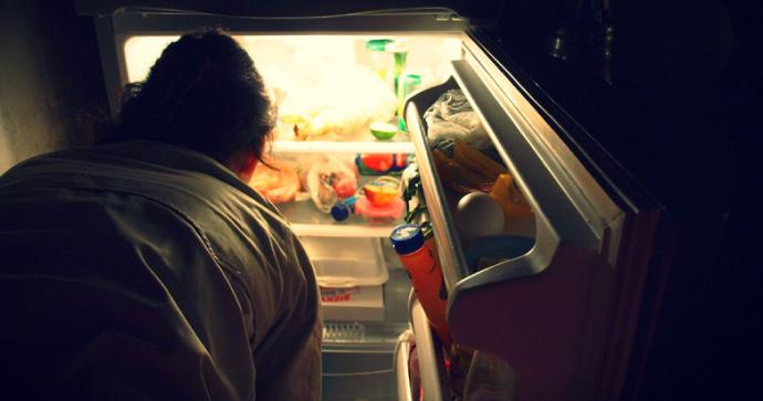 Investigadores descubren cuál es la conexión de mayor ingesta de calorías por la noche (en inglés)