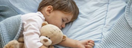Artículo señala las horas de sueño ideales para los niños según su edad